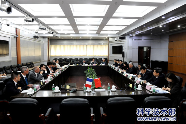 18-07-19Minister Wang Zhigang Meets with French Minister of Higher Education, Research and Innovation.jpg