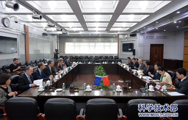 18-10-18 Minister Wang Zhigang Meets with European Commissioner for Research, Science and Innovation.jpg